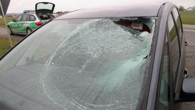 Fahrer hat unfassbares Glück Eisplatte durchschlägt Windschutzscheibe