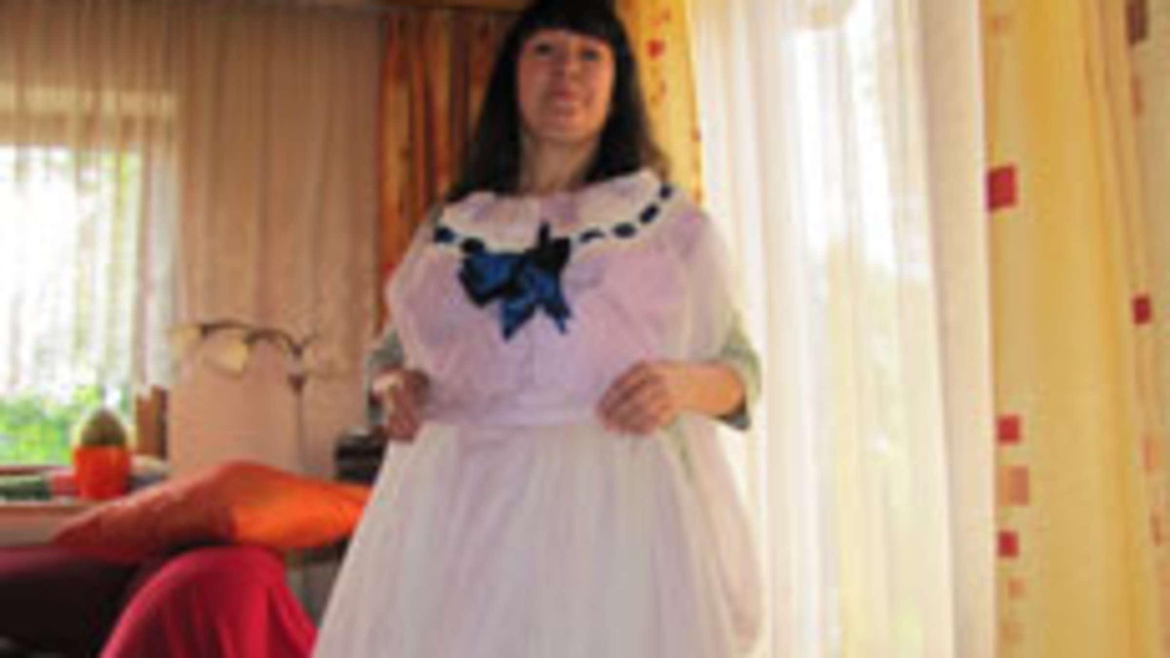 Christine Peter aus Schwindegg verkauft Sissi-Kleid  Region Mühldorf
