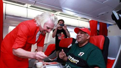 Wette verloren: Virgin-Chef Branson als sexy Stewardess