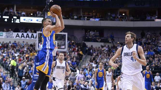 Dirk Nowitzkis Dallas verlor Stephen Currys (l) Golden State. Foto: Larry W. Smith