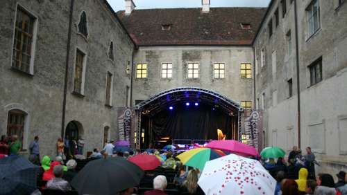 "Bilder: ""Singing in the rain"" statt Tango Open Air"