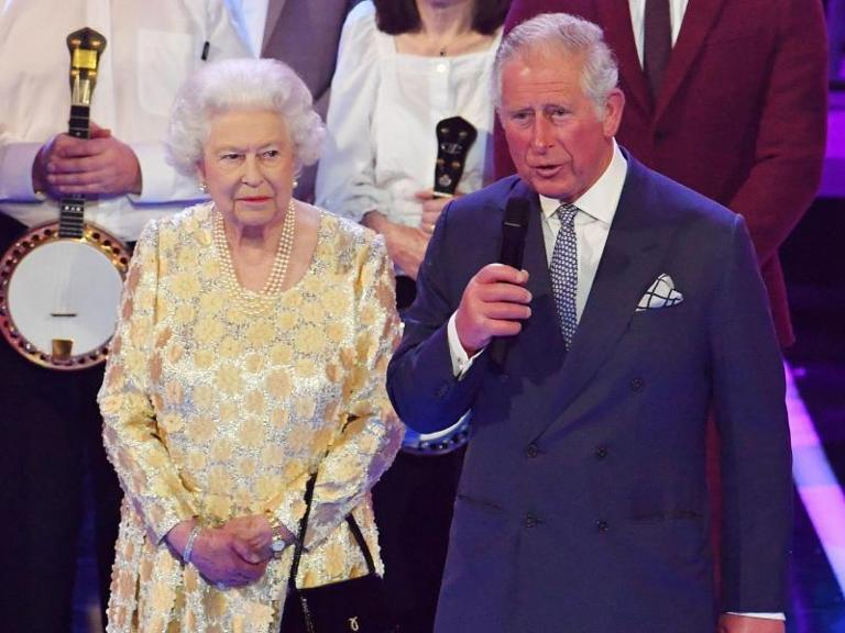 Prinz Charles mit seiner Mutter, Queen Elizabeth, in der Royal Albert Hall. Foto: John Stillwell