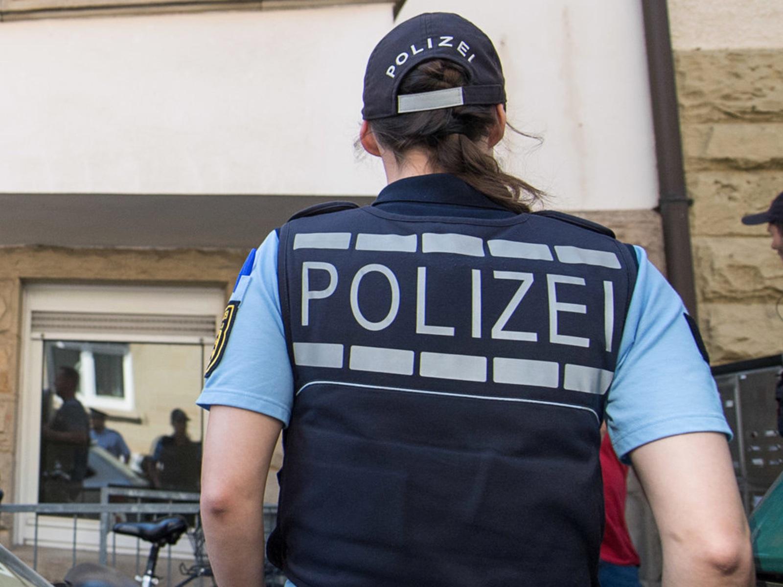 Frau erwartet heißes date dann stürmt die polizei ihre wohnung