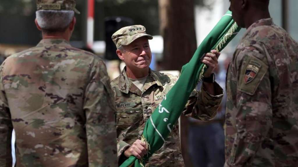 "Der neue Oberbefehlshaber erhält während der Führungswechselzeremonie die Flagge der Nato-Mission ""Resolute Support"". Foto: Massoud Hossaini/AP"