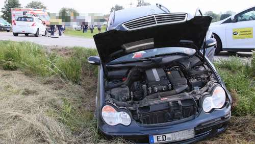 Kreuzungs-Crash: Mercedes landet im Acker