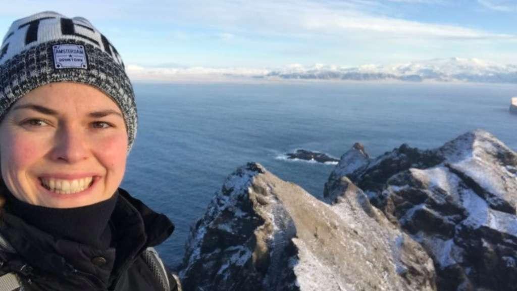 """""""Meiner Meinung nach ist es einer der schönsten Orte, an denen ich je gelebt habe. Es gibt Berge, Vulkane, Meer - es gibt sehr viel zu erkunden, obwohl die Insel so klein ist"""", erzählt Hannah Kallmaier überVestmannaeyjar."""